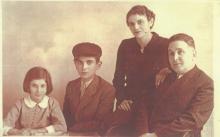Reli Alfandari mit ihrem Bruder und ihren Eltern, Belgrad 1939 © Privatarchiv