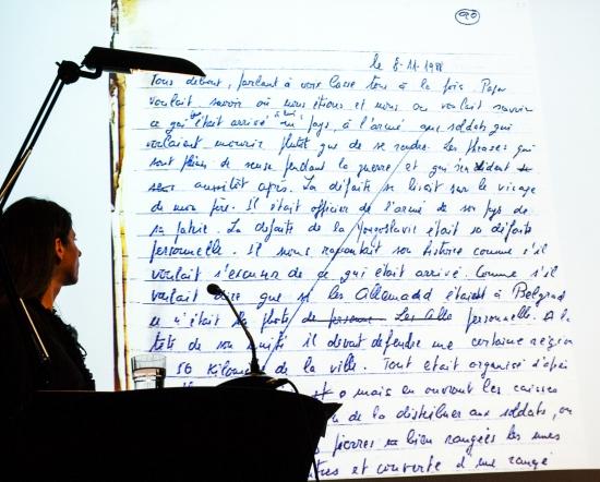 Marina Galic vor einer Manuskriptseite aus Reli Alfandari Pardos Erinnerungen © Margrit Schmidt